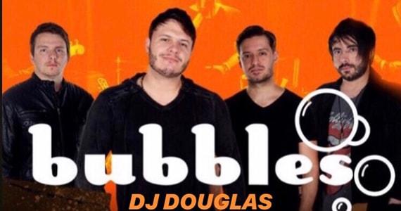 Show da banda Bubbles ao lado do DJ Douglas no Republic Pub
