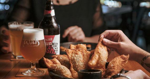 Pastéis com molho de cerveja IPA encantam a quarta de Happy Hour no Bardassê
