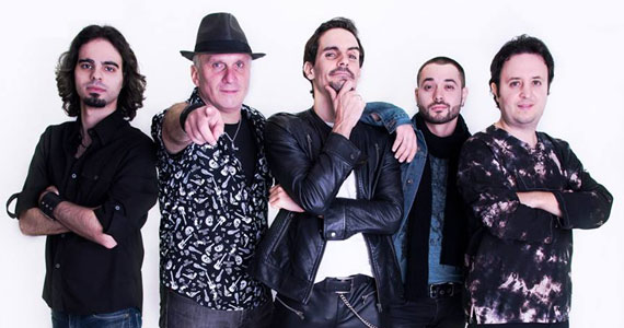 Apresentação da banda Rock Collection no palco do Stones Music Bar