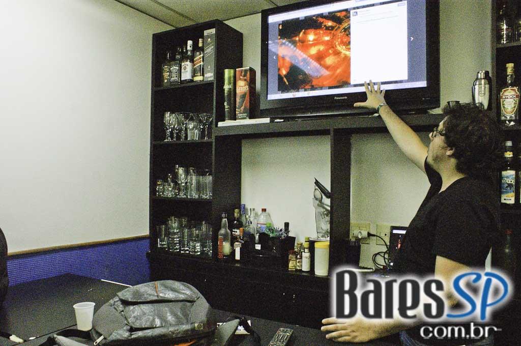 <a href='http://www.facebook.com/sharer.php?u=http://www.baressp.com.br/cursos/fotos/1075&picture=http://www.baressp.com.br/admin/btd_cursos/fotos/1075_32.jpg' target='_blank'><img src='/images/icones/social64x64/facebook.png' alt='Facebook BaresSP' title='Compartilhe esta foto' width='40' /></a>&nbsp;<a href='http://twitter.com/share?text=Compartilhe&amp;lang=pt%26url=http://www.baressp.com.br/admin/btd_cursos/fotos/1075_32.jpg' target='_blank'><img src='/images/icones/social64x64/twitter.png' alt='Twitter BaresSP' title='Compartilhe esta foto' width='40' /></a>&nbsp;<a href='http://www.baressp.com.br/admin/btd_cursos/fotos/1075_32.jpg download><img src='/images/icones/download_icon.png' alt='Download' title='Baixar imagem' width='33' style='margin-bottom:4px;' /></a>