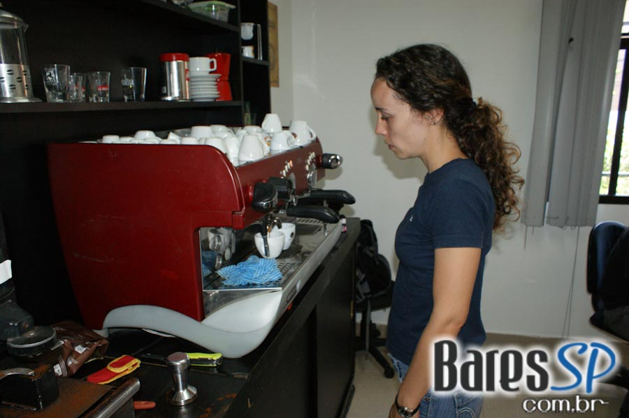 <a href='http://www.facebook.com/sharer.php?u=http://www.baressp.com.br/cursos/fotos/1427&picture=http://www.baressp.com.br/admin/btd_cursos/fotos/DSC07911.jpg' target='_blank'><img src='/images/icones/social64x64/facebook.png' alt='Facebook BaresSP' title='Compartilhe esta foto' width='40' /></a>&nbsp;<a href='http://twitter.com/share?text=Compartilhe&amp;lang=pt%26url=http://www.baressp.com.br/admin/btd_cursos/fotos/DSC07911.jpg' target='_blank'><img src='/images/icones/social64x64/twitter.png' alt='Twitter BaresSP' title='Compartilhe esta foto' width='40' /></a>&nbsp;<a href='http://www.baressp.com.br/admin/btd_cursos/fotos/DSC07911.jpg download><img src='/images/icones/download_icon.png' alt='Download' title='Baixar imagem' width='33' style='margin-bottom:4px;' /></a>