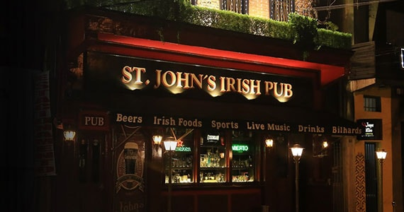 Os agitos da banda Gullivera no palco do St. Johns Irish Pub