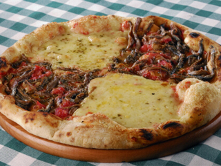 Em homenagem ao Pierrô, Castelões comemora o carnaval com a pizza 'Bianca e Nera' Eventos BaresSP 570x300 imagem