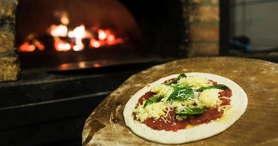 Tomateria Pizza & Cia oferece novos sabores da redonda com 8 rótulos de vinhos Eventos BaresSP 570x300 imagem