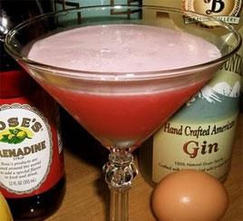 Clover Club mistura gin, suco de limão, calda de caramelo e clara de ovo Eventos BaresSP 570x300 imagem