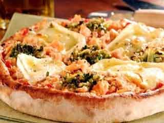 Marcomar combina salmão, alho poró e brie para produzir pizza chic e saudável Eventos BaresSP 570x300 imagem