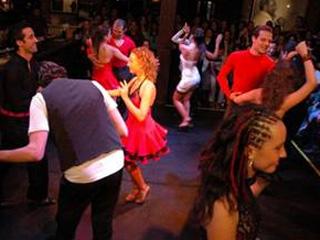 18 casais se apresentam e concorrem a viagens e prêmios em dinheiro, no concurso de Salsa no rey Castro Eventos BaresSP 570x300 imagem
