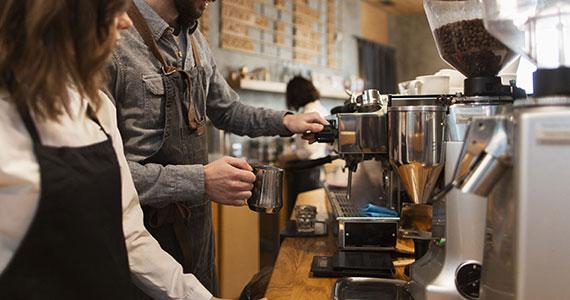 Manutenção em máquina de café profissional