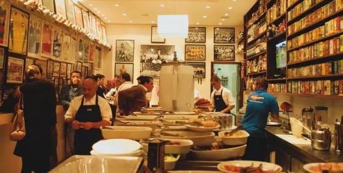 Balcões de acepipes atraem a clientela com uma boa variedade de itens Elidio Bar
