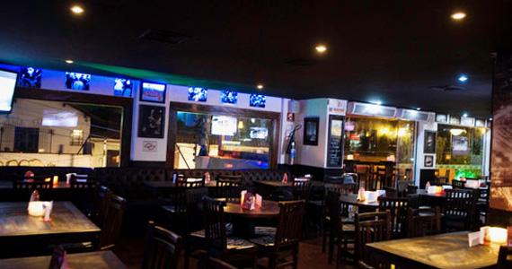 Noite do Vermelho e Preto com DJs residentes sábado no Akbar Lounge e Disco BaresSP