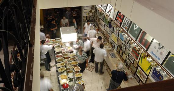 Happy hour com balcão de acepipes para acompanhar a noite de sexta-feira do Elidio Bar Eventos BaresSP 570x300 imagem