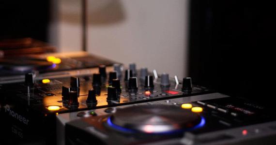 At Nine embala a noite de quinta com música ao vivo e DJ convidado Eventos BaresSP 570x300 imagem
