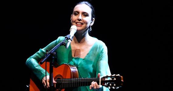 Adriana Calcanhotto no palco do HSBC Brasil com participação de Arnaldo Antunes Eventos BaresSP 570x300 imagem