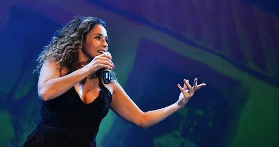 Daniela Mercury se apresenta no palco do Teatro J Safra cantando sucessos Eventos BaresSP 570x300 imagem