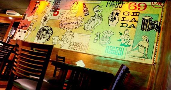 Happy hour com cardápio variado de bebidas e petiscos na Cervejaria Devassa BaresSP