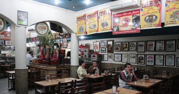 Cardápio variado com porções e cerveja gelada no Famoso Bar do Justo neste domingo Eventos BaresSP 570x300 imagem