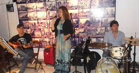 Cantora Kelly Glaubatti canta MPB para animar o Happy Hour do Bar Memorial Eventos BaresSP 570x300 imagem