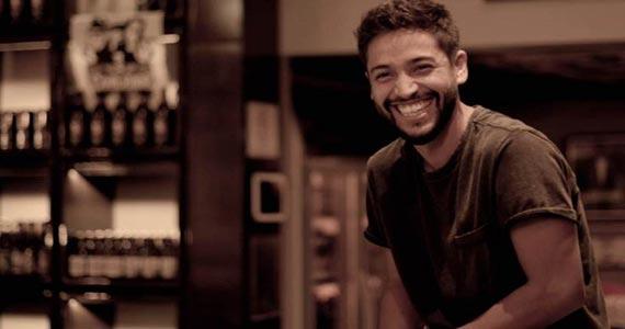 Leandro Léo canta sucessos da MPB agitando a noite do Café dos Prazeres Eventos BaresSP 570x300 imagem