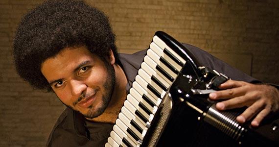Cantor Mestrinho  toca sucessos do forró no palco do Canto da Ema Eventos BaresSP 570x300 imagem