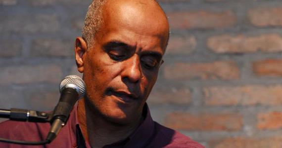 Cantor Paulinho de Souza se apresenta no Sesc Ribeirão Preto no domingo Eventos BaresSP 570x300 imagem