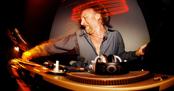 O baixista Peter Hook realiza DJ set no Na Mata Café Eventos BaresSP 570x300 imagem