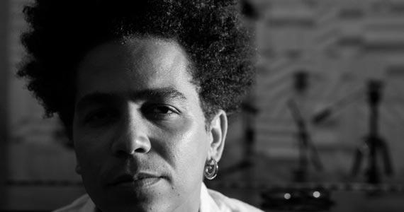 Cantor Santts anima o palco do Garrafas Bar fazendo releituras da Soul Music Eventos BaresSP 570x300 imagem