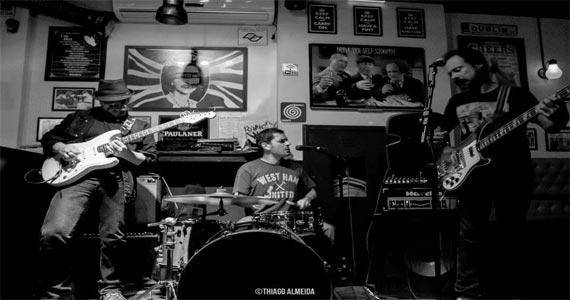 Banda Tendinits toca muito rock no palco do Partisans Pub Eventos BaresSP 570x300 imagem
