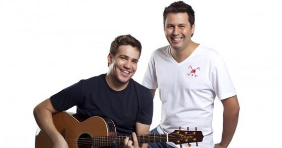 Tom & Arnaldo e Rafael Barreto se apresentam no palco da Villa Mix Eventos BaresSP 570x300 imagem