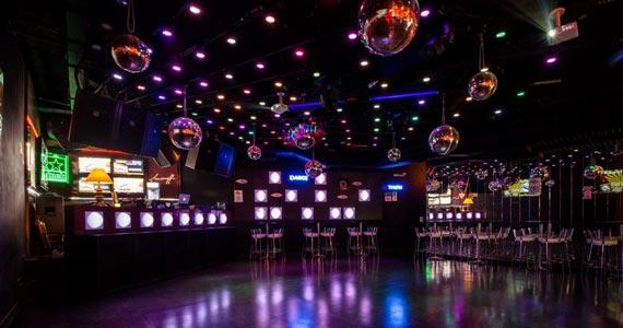 Noite do Embalos de Sábado a Noite em comemoração ao Dia dos Namorados no Akbar Lounge e Disco Eventos BaresSP 570x300 imagem