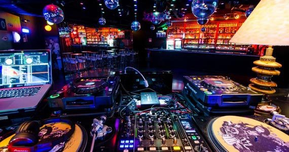 Noite do Vermelho com DJs residentes animando a sexta do Akbar Lounge e Disco Eventos BaresSP 570x300 imagem