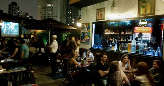 Noite do Qual é a Música com DJs residentes e UFC 198 no telão do  Akbar Lounge e Disco Eventos BaresSP 570x300 imagem