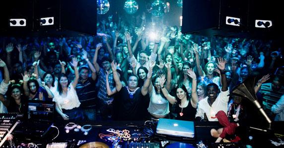 Revival Total 90 com Noite do Cubo Mágico no Akbar Lounge & Disco Eventos BaresSP 570x300 imagem