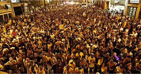 Bloco de Carnaval Banda Redonda anima os foliões em frente ao Teatro Arena Eventos BaresSP 570x300 imagem