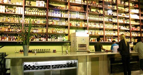 Happy hour com música ambiente, petiscos e cerveja gelada toda segunda no Bar do Arnesto BaresSP