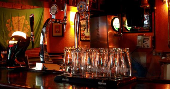 Promoções de cervejas e comidas típicas nesta terça-feira no The Blue Pub - St. Patrick Week