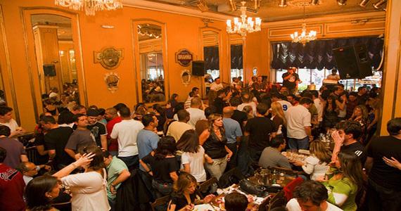 Apresentação de Maria Angelica no palco do Bar Brahma Eventos BaresSP 570x300 imagem
