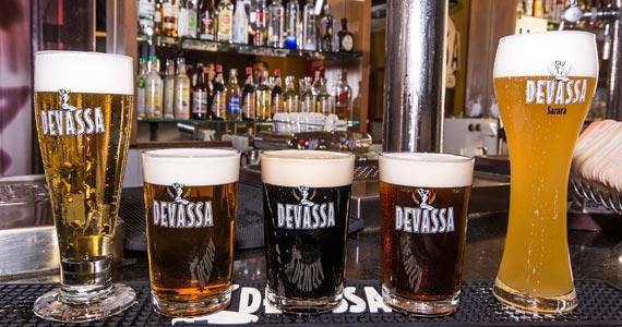 Buffet de Feijoada é servido  aos sábados a tarde na Cervejaria Devassa BaresSP