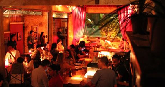 Cantora Rebecca Sharp se apresenta no palco do Bar Madeleine  Eventos BaresSP 570x300 imagem