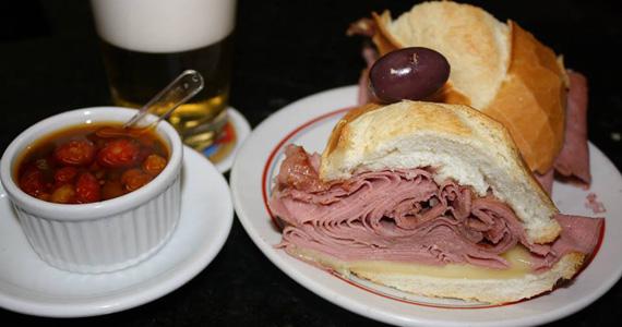 Sanduíche de mortadela com mussarella é uma das opções gostosas do Elidio Bar Eventos BaresSP 570x300 imagem