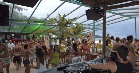 Agito com DJs convidados nas pick-ups do Parador Maresias  Eventos BaresSP 570x300 imagem
