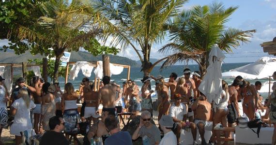 DJ Magui faz o som da festa assinada pelo Aperol Spiritz no Parador Maresias Eventos BaresSP 570x300 imagem