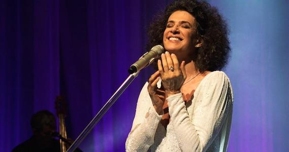 Cantora Simone apresenta o show É Melhor Ser no palco do Tom Brasil (antigo HSBC Brasil) Eventos BaresSP 570x300 imagem