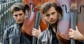 Mistura musical da dupla 2Cellos esquenta a noite do Espaço das Américas
