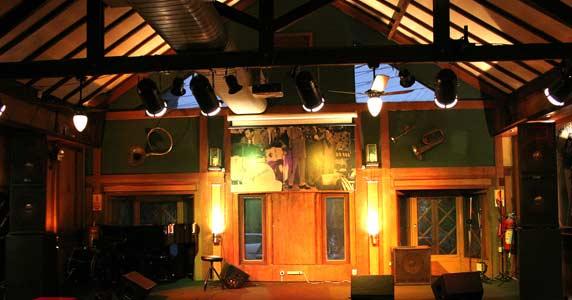 Débora Ikari e Banda (pop francês) no palco do Ton Ton Jazz & Music Bar Eventos BaresSP 570x300 imagem