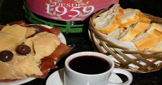 Vinho quente com porção de queijos e pães no Elidio Bar Eventos BaresSP 570x300 imagem