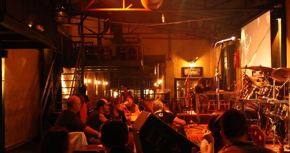Apresentação da banda Colombia Rock no palco do The Wall Café - Rota do Rock Eventos BaresSP 570x300 imagem