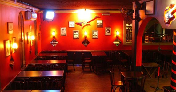 Banda Keep Fire com clássicos do pop rock agitando o Willi Willie Bar e Arqueria