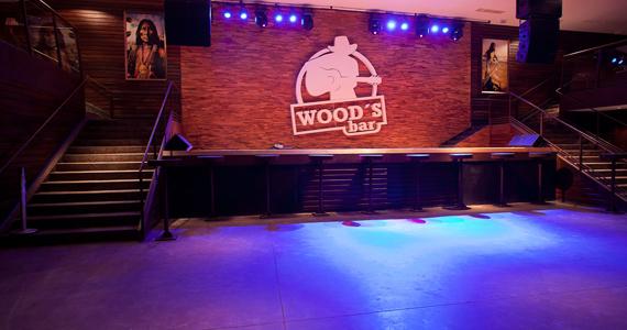 Fernando & Fabiano e cantor Rodrigo Ferri no palco da Wood's Bar Eventos BaresSP 570x300 imagem