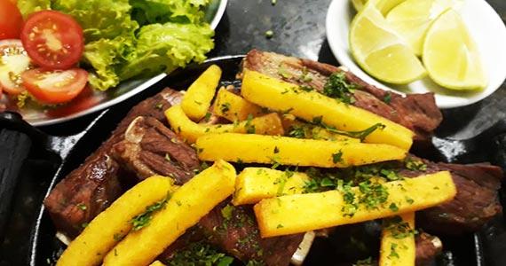 Costelinha na chapa com polenta frita como sugestão de almoço no Elidio Bar Eventos BaresSP 570x300 imagem