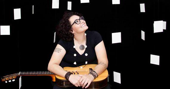 Karin Martins se apresenta no palco do Ao Vivo com álbum Quem É Você Eventos BaresSP 570x300 imagem